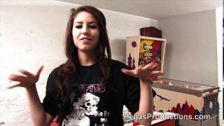 Chica de emo francés muestra su coño