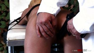 Chica encadenada electrocutada y golpeada