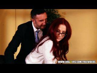 Sexy mujer de negocios redhead cierra gran cosa