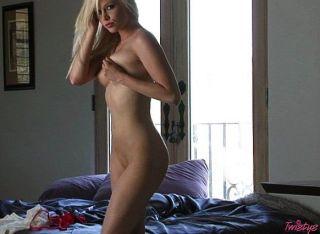 Sexy blonde rubia jugando