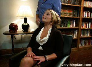Ella hace mucho para conseguir su propia oficina