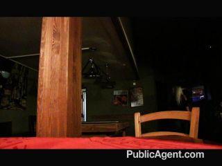 Follando un rubio apretado rubias en el baño del personal