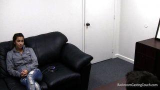 Stacy folla de forma gratuita en el sofá de fundición