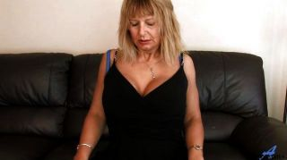 Mamá madura en casa frotando su coño