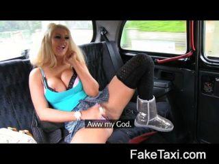 Estrella de televisión adulta de faketaxi seduce a un taxista