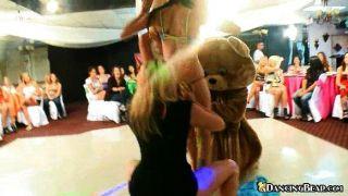 Chicas se desnudan luego bailan en el oso