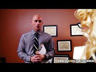 Busty blonde milf ofrece a su interno un trabajo