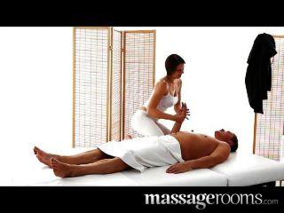 Sexy masseuse chica con grandes tetas chupa el estrés