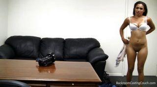 Stripper negro inseminado en el sofá de fundición