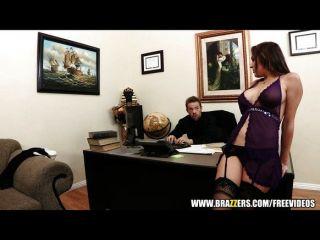 Busty secretaria kiera rey seduce a su jefe