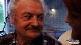 Viejo abuelo follado por erica joven