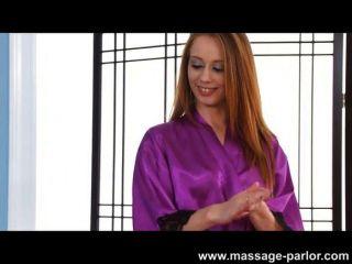 Kassius kay da un masaje profundo de la garganta
