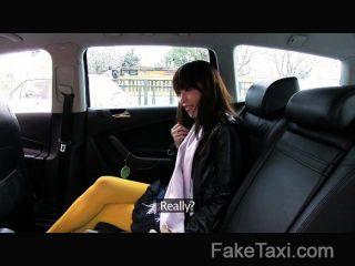 Faketaxi japonés turista con el coño apretado