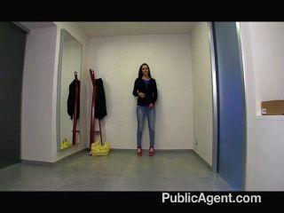 Chica bonita es follada por un agente