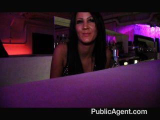 Publicagent barmaid fucking detrás de la barra