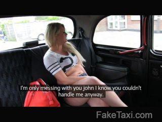 Faketaxi gallo hambriento rubia en taxi anal