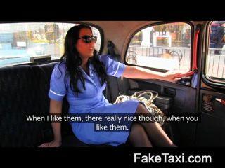 Enfermera traviesa faketaxi en la confesión cab