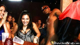 Chico negro bailando desnudo para las chicas