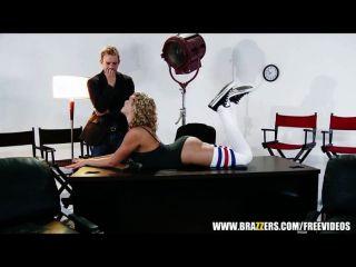 Mia malkova extendiendo sus piernas para su jefe