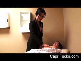 Capri cavanni folla a su médico lesbiana