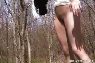 Nena dedos en el bosque