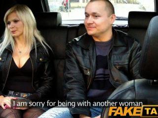 Marido de faketaxi mira a la mujer tener relaciones sexuales
