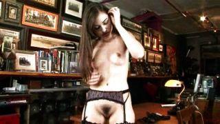 Sexy chick en ropa interior se masturba