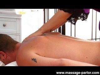 Karina blanco da un masaje sexy
