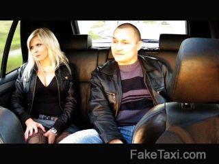 Faketaxi marido mira esposa follada