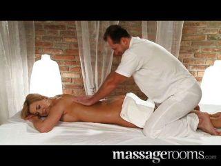 Salas de masaje joven busty babe tiene tetas grandes