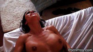 Latina le encanta ser follada en la mesa de masaje