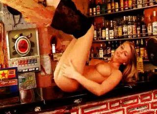 Gina desnuda en la barra 3