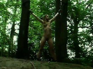 Claudie atado en el bosque y jodido