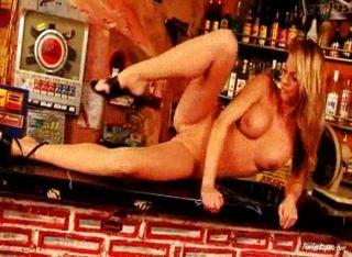 Gina desnuda en la barra 4