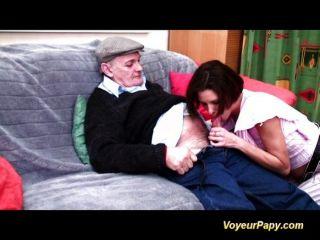 Abuelo consigue limpiar su pipa