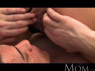 Mamá rubia milf ama el sexo por la mañana