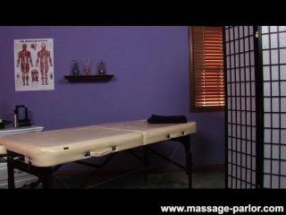 Terapia del tirón del masseuse del masaje del tit grande