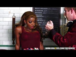 Sexy ebony jasmine webb se enseña a chorros