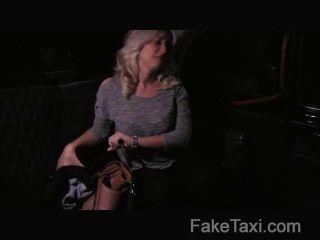 Faketaxi madura milf en diversión asiento trasero