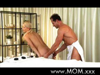 Mamá le da a su hombre un frotamiento y un tirón
