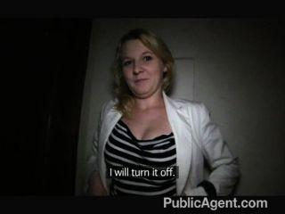 Publicagent rubia de pelo corto tiene sexo