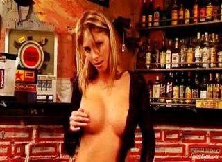 Gina desnuda en la barra 1