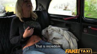 El polluelo rubio del faketaxi chupa a dick de los conductores del taxi