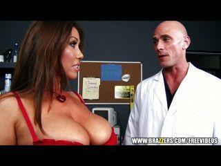 Morena tetas grandes folla a su médico