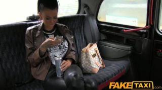 Faketaxi tatuado hottie follada en taxi