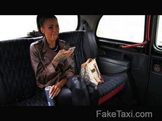 Faketaxi libre paseo para backseat mamada