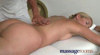 Salas de masaje rubia con melocotón jugoso
