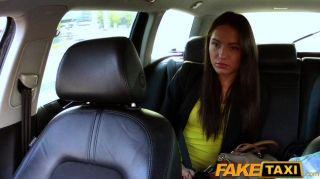 Conductor de taxi faketaxi folla a la chica del partido