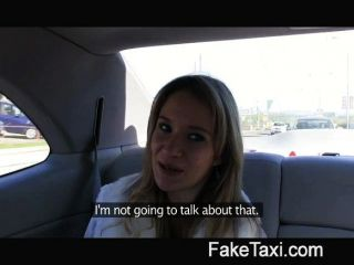 Ángel es golpeado por mi gran polla en mi taxi