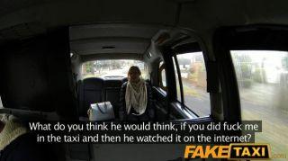 Faketaxi mujer folla en la cámara para el novio